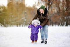 Pequeño bebé que aprende caminar Fotos de archivo