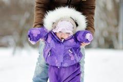 Pequeño bebé que aprende caminar Imagenes de archivo