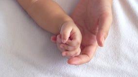 Pequeño bebé que celebra a su madre