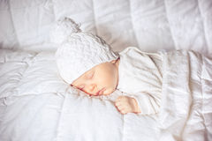 Pequeño bebé que duerme dulce Imágenes de archivo libres de regalías