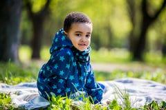 Pequeño bebé que juega en el patio en el parque de la primavera Imagen de archivo libre de regalías