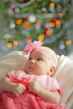 Pequeño bebé que lleva el vestido crochetting rosado Fotografía de archivo