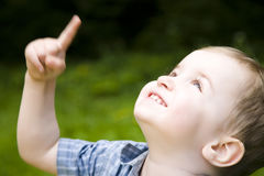 Pequeño bebé que mira para arriba Foto de archivo libre de regalías