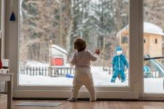 Pequeño bebé que se coloca de observación de un hermano al aire libre Fotos de archivo libres de regalías