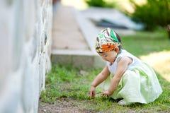 Pequeño bebé que toca la hierba Imagen de archivo libre de regalías