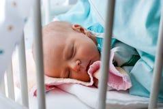 Bebé recién nacido solamente pocas horas viejas Imagenes de archivo