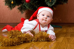 Pequeño bebé Santa con los regalos fotos de archivo