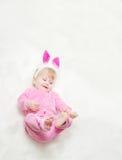 Pequeño bebé sonriente en ropa rosada Fotos de archivo