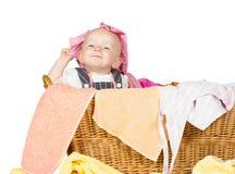 Pequeño bebé travieso en el lavadero Foto de archivo