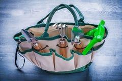 Pequeño bolso con los utensilios de jardinería imagen de archivo