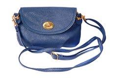 Pequeño bolso femenino azul con la correa aislada foto de archivo