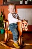 Pequeño caballo de montar a caballo divertido del muchacho Imagen de archivo