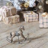 pequeño caballo mecedora de madera debajo del árbol de navidad con los regalos Fotografía de archivo
