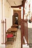 Pequeño café acogedor con las tablas y las sillas en la calle Fotos de archivo