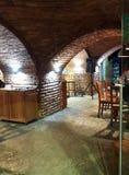 Pequeño café georgiano en el sótano viejo imagenes de archivo