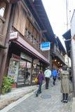 Pequeño callejón con las tiendas de souvenirs y las tiendas en el pueblo de las aguas termales de Arima Onsen en Kobe, Japón Imágenes de archivo libres de regalías
