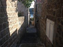 Pequeño callejón en Cavtat Croacia imagenes de archivo