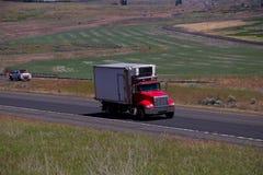 Pequeño camión rojo de la caja de Peterbilt imagenes de archivo