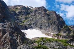 Pequeño campo de nieve de la alta montaña imágenes de archivo libres de regalías