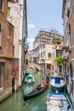 Pequeño canal con la góndola en Venecia, Italia Fotografía de archivo