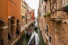 Pequeño canal con las góndolas en Venecia, Italia Imágenes de archivo libres de regalías