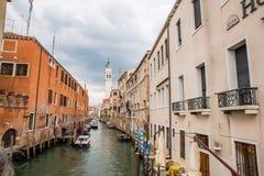 Pequeño canal con los barcos en Venecia, Italia Fotos de archivo libres de regalías