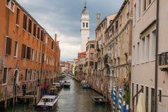 Pequeño canal con los barcos en Venecia, Italia Fotografía de archivo libre de regalías