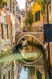 Pequeño canal en Venecia fotografía de archivo libre de regalías