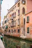 Pequeño canal en Venecia, Italia Foto de archivo libre de regalías