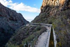 Pequeño canal para el abastecimiento de agua en Tenerife Foto de archivo