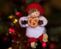 Pequeño carácter Alsatian en el árbol de Noel, bokeh en backgroun Imagen de archivo