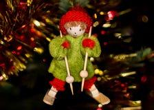Pequeño carácter Alsatian en el árbol de Noel, bokeh en backgroun Foto de archivo libre de regalías