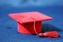 Pequeño casquillo rojo de la graduación Fotos de archivo libres de regalías