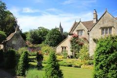 Pequeño castillo Combe del pueblo en Inglaterra en primavera fotos de archivo libres de regalías