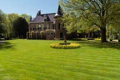 Pequeño castillo en Holanda Pequeña estatua de la hierba verde y día brillante Foto de archivo libre de regalías