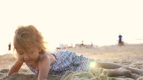 Pequeño castillo lindo de la arena del edificio de la muchacha en la playa metrajes