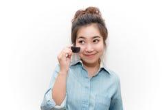 Pequeño cepillo de la manija asiática hermosa de la mujer joven Fotos de archivo libres de regalías