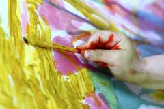 Pequeño cepillo de la mano de la pintura del artista de los niños Imagenes de archivo