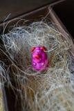 Pequeño cerdo de la estatuilla del rosa del juguete en paja en caja de madera como un granero imágenes de archivo libres de regalías