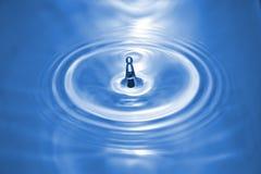 Pequeño chapoteo del agua azul Foto de archivo libre de regalías