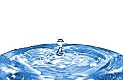Pequeño chapoteo del agua con la esfera en la extremidad. Fotos de archivo libres de regalías