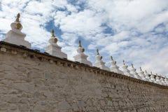 Pequeño chortens/stupas/pagodas en la pared circular de Samye, Tíbet fotos de archivo libres de regalías