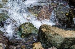Pequeño cierre de la corriente de la montaña de la cascada para arriba Imagen de archivo libre de regalías