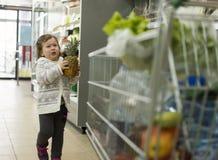 Pequeño cliente en el supermercado imágenes de archivo libres de regalías