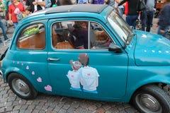 Pequeño coche raro con arte romántico en puerta en Spilamberto, Italia Fotografía de archivo libre de regalías