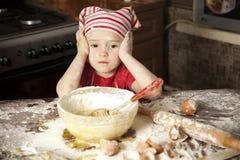 Pequeño cocinero en la cocina Foto de archivo libre de regalías