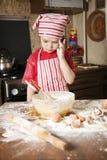 Pequeño cocinero en la cocina Fotos de archivo libres de regalías