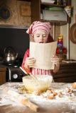 Pequeño cocinero en la cocina Foto de archivo