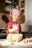 Pequeño cocinero en la cocina Fotografía de archivo
