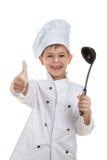 Pequeño cocinero juguetón lindo con la cucharón de sopa en el fondo blanco fotografía de archivo libre de regalías